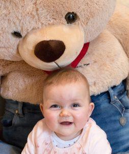 Lilly freut sich über Herzbär Moritz