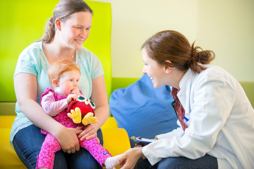 Ärztin mit Kind und Mutter