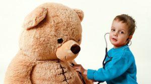 Kind mit Bär