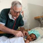 Dr. Urban untersucht Herzkind Nebait