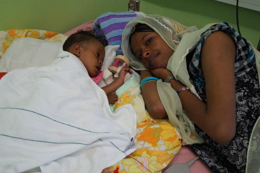 Mutter und Kind im Krankenbett