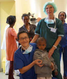 Ärztin mit herkrankem Kind in Eritrea