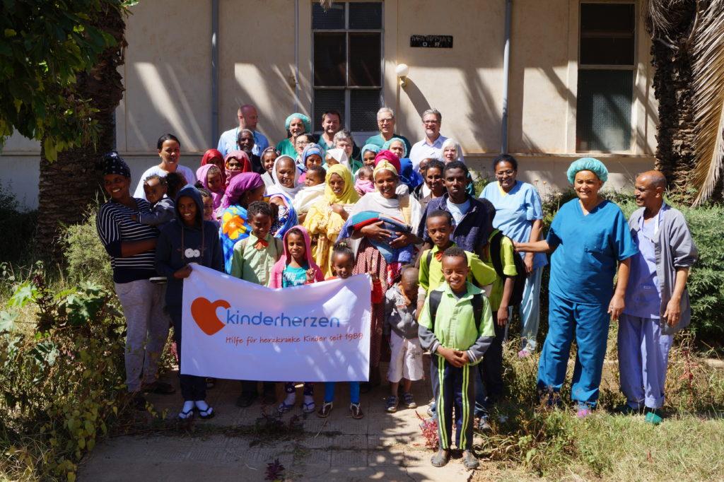 Gruppenfoto mi afrikanischen Herzfamilien