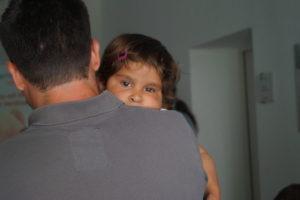 Kind auf dem Arm eines Mannes