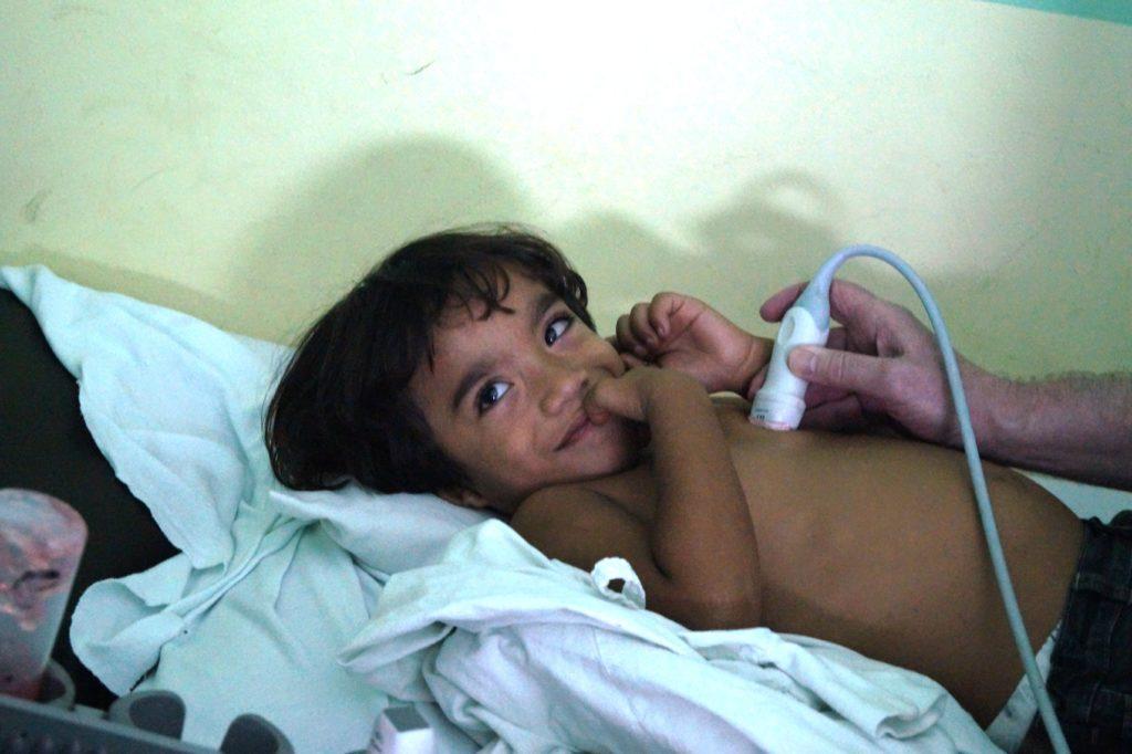 Kind beim Ultraschall des Herzens