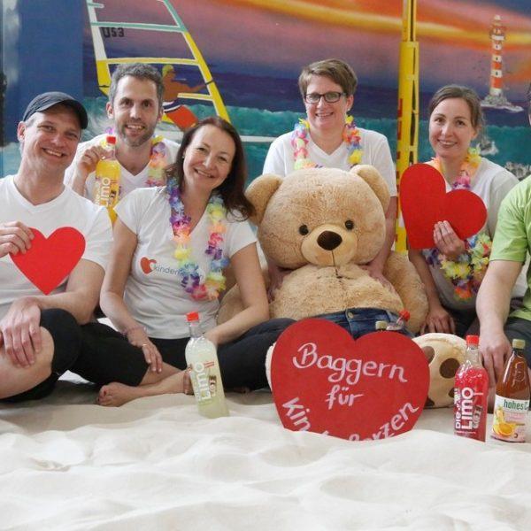 Gruppenfoto Team kinderherzen beim Beach Volleyball