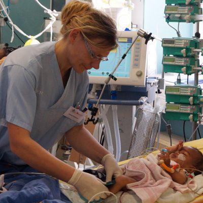 Krankenschwester mit Herzkind in Eritrea