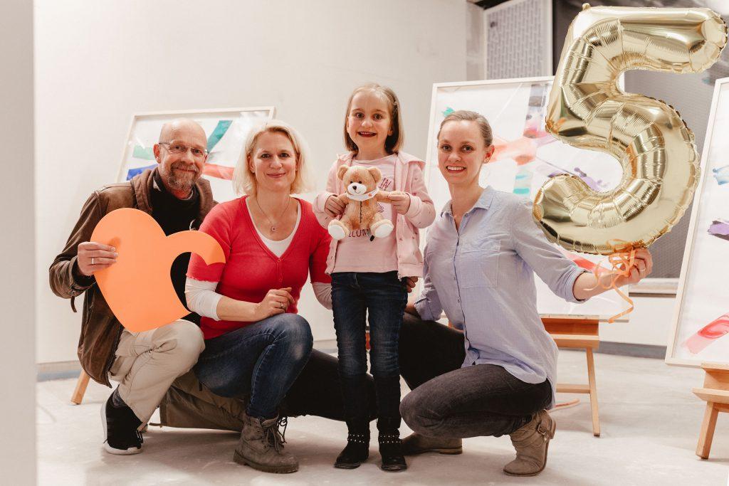 Zoe mit ihrer Familie und Cornelia Schimmel von kinderherzen